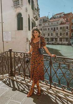 Tendências de Verão - tendências verão 2021 #modaverao #modaverao2021 #verao2021 #tendenciasdeverao #looksestilosos #looksverao #verao2021 #tendenciasverao2021 #tendencias2021 #moda2021 #looks2021 #lookscasuais #trajecasual #trajesdeveraofemininos #roupasestilosas Cute Summer Outfits, Classy Outfits, Cool Outfits, Summer Dresses, Europe Outfits, Italy Outfits, Look Fashion, Fashion Outfits, Classy Fashion
