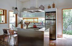 Uma das vantagens de morar em casa � ter uma cozinha assim, integrada com o jardim. Com ilha central e mesa de almo�o, o projeto � do arquiteto Jorge Siemsen