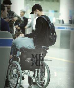 Kyungsoo taking care of Kai at the airport. I love this picture, he's so loving toward him! Kaisoo, Kyungsoo, Chanbaek, Exo Ot12, Exo Kai, Bts And Exo, Exo Couple, Kpop Couples, Kim Minseok