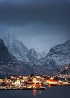 Lofoten, Norwegen. Den passenden Koffer für eure Reise findet ihr bei uns: https://www.profibag.de/reisegepaeck/  Foto: by Stian Klo on 500px