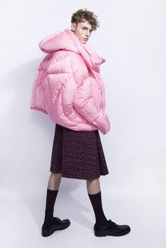As seen on Rihanna on Chen Peng had experience a success with the specific Puffer Jacket, and this item had quickly running out of stock. Knit Fashion, Fashion Prints, Fashion Design, Aw18 Trends, Cool Coats, Androgynous Fashion, Catwalk Fashion, Tecno, Down Coat