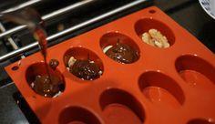 Zelf chocolaatjes maken met siliconen vormpjes en allerlei soorten vullingen, zoals noten, rozijnen en quinoa puffs (i.p.v. rice crispies), geraspte kokos, pepermuntkussentjes (?), nougat