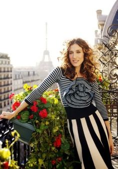 Carrie's Parisian Stripes. Sonja Rykiel, it'd likely look silly here in the mountains, but I could go to Paris. Carrie Bradshaw Outfits, Carrie Bradshaw Estilo, Sarah Jessica Parker, Mode Style, Style Blog, Paris Girl, Paris Paris, Paris France, Oui Oui