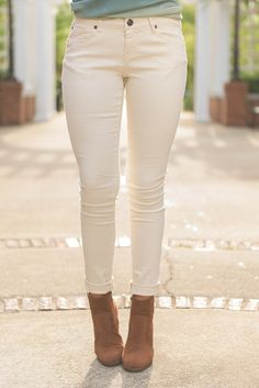 These cream colored skinnies are giving us such a thrill! They are so cute and we love their color! It makes them so perfect for the season! We know some of you are sticklers for the old rule of not wearing white after Labor Day so these are the perfect compromise! We can already see all those burgundy, olive and mocha sweaters and tops you are going to pair with it! Material has fair amount of stretch.Chelsea is wearing the size 27. Khaki Skinny Jeans Outfit, Cream Jeans Outfit, Skinny Pants Outfits, Colored Pants Outfits, Jeans Outfit Winter, White Skinny Jeans, Autumn Outfits, Summer Outfits, Cream Pants