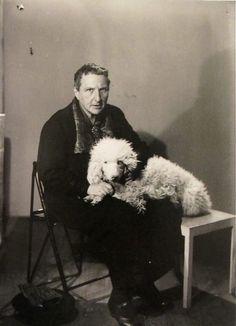 """Man Ray Gertrude Stein y su perro, cesta 1926  """"Cuando duermo duermo y no sueño porque es así que soy lo que parezco cuando estoy en mi cama y el sueño."""" Gertrude Stein: """"Antes de las Flores de Amistad Faded Amistad Faded"""" 1931"""