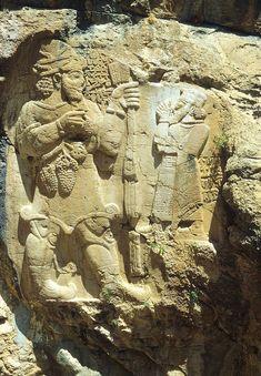IvrizRelief - Felsrelief von İvriz – König Warpalawas (rechts) vor Gott Tarhunzas Das hethitische Felsrelief von İvriz befindet sich beim ehemals gleichnamigen Dorf (heute Aydınkent) etwa 17 km südöstlich von Ereğli in der Südtürkei an einer Steilwand im Quellbereich des İvriz Suyu, dessen Wasser im Bereich des Reliefs in neuerer Zeit aufgestaut wurde.