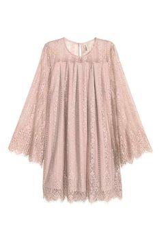 Koronkowa sukienka: Krótka, trapezowa sukienka z koronki z zakładkami. Długi, rozszerzany rękaw, na karku rozcięcie z guzikiem. Z dżersejową podszewką.