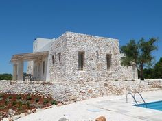 Stone in your house facade design adds elegance, beauty, grandeur, and coziness to the structure. Stone Facade, Stone Masonry, Stone Exterior, Villa Design, Facade Design, Pretty Beach House, Retreat House, Adobe House, Desert Homes