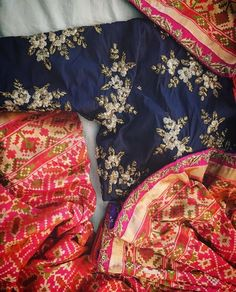 Sarees that touch your soul ❤️ The most gorgeous pink and gold PATOLA benarsi finished with a hand embroidered border and teamed with a… Indian Attire, Indian Ethnic Wear, Indian Style, Indian Dresses, Indian Outfits, Blouse Patterns, Blouse Designs, Indische Sarees, Indian Party Wear