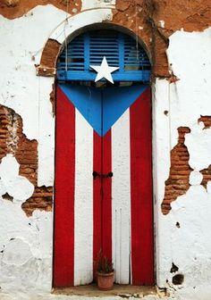 """""""Puerta-Bandra"""", Calle San José, Viejo San Juan (Old San Juan), San Juan, Puerto Rico - El dibujo de una bandera de Puerto Rico realizado por la artista Rosenda Álvarez sobre una puerta en una casa abandonada del Viejo San Juan, se ha convertido en un nuevo reclamo turístico de la ciudad caribeña. (http://www.el-nacional.com/viajes/puerta-bandera-retratarse-San-Juan_0_664733549.html)"""
