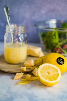 Zitronen-Parmesan-Dressing - Rezept von Gernekochen.de Chutneys, Vinaigrette, Parmesan Dressing, Dressings, Dips, Barbecue, Cantaloupe, Food And Drink, Healthy Recipes