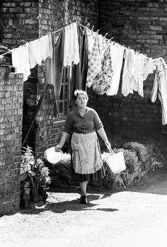 Online veilinghuis Catawiki: John Bulmer - Woman & washing line UK, Ironbridge, 1962 Washing Lines, Urban People, Line Photo, World Photo, Latest Images, Clothes Line, Photojournalism, Painting Inspiration, Photography