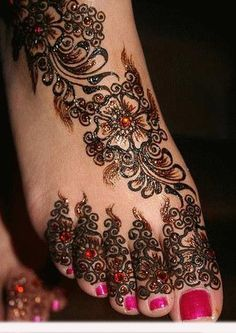 Mehndi is derived from the Sanskrit word mendhika. Mehndi Designs are also called as henna designs and henna tattoos.In Indian marriages there are so many things which are very important, in all mehndi also playing a great role in marriages. Henna Tattoo Designs, Henna Tattoos, Henna Tattoo Bilder, Et Tattoo, Ta Moko Tattoo, Tatoo 3d, Body Art Tattoos, Foot Tattoos, Flower Tattoos
