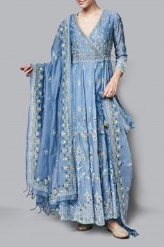 indian fashion Sari -- Click Visit link above to see Indian Attire, Indian Ethnic Wear, Indian Wedding Outfits, Indian Outfits, Pakistani Dresses, Indian Dresses, Pakistani Suits, Estilo India, Kurta Designs Women
