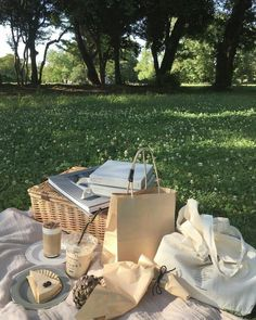 picnic Best Picture For italy aesthetic building For Your Taste You are looking for something, and it is going to tell you exactly what you are looking for, and you didn't find that picture. Beige Aesthetic, Summer Aesthetic, Aesthetic Food, Nature Aesthetic, Aesthetic Pastel, Aesthetic Grunge, Picnic Date, Summer Picnic, Spring Summer