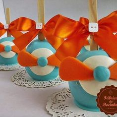 Maçãs aviador para o Kaio Felipe✈#festaaviador #festa #encontrandoideias #doces #docesmodelados #docespersonalizados #cupcake #trufamodelada #trufapersonalizada #pirulitospersonalizados