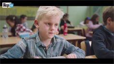 Scatta la ricreazione e il bambino protagonista del video scopre che il suo porta pranzo è desolatamente vuoto. Non avendo nulla da mangiare si...