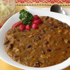 Fazolovýguláš, ochucený kořením amuškátovým oříškemje díky přídavku brambor samostatným pokrmem. Není potřeba k němu cokoli přidávat. Snad jedině nějakou zeleninu.