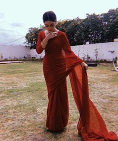 New womens fashion indian outfit ideas Pakistani Outfits, Indian Outfits, Style Indien, Stylish Sarees, Elegant Saree, Desi Clothes, Saree Look, Saree Dress, Red Saree