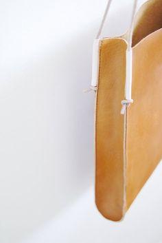 Artículos similares a Skinny Tote Bag - leather bag in caramel brown en Etsy Diy Leather Tote, Leather Bag Tutorial, Leather Bag Pattern, Leather Cord, Leather Handbags, Skinny, Cordon En Cuir, Bracelet Cordon, Craft Bags