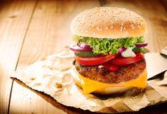 Comemore o dia do hamburguer com receitas de hamburguer de quinoa, pão integral com gergelim e dicas de como aproveitar esse lanche com os filhos.