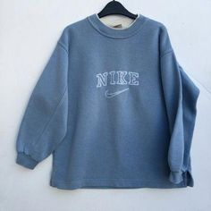 Dress for teens casual sweatshirts ideas - - Dress for teens casual sweatshirts ideas Source by Vintage Nike Sweatshirt, Sweatshirt Outfit, Vintage Crewneck, Crew Neck Sweatshirt, Jeep Sweatshirt, Sweater Hoodie, Fashion Mode, Look Fashion, Womens Fashion