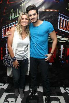 Flávia Alessandra e a filha Giulia tietam Luan Santana em show
