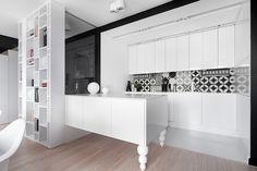 foorni.pl | M68 MIESZKANIE W SOSNOWCU, biała kuchnia z półwyspem, projekt: widawscy.pl