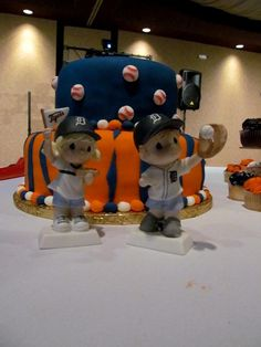 Unique Detroit Tigers cake with adorable cake toppers to match. So fun for a sports themed wedding!