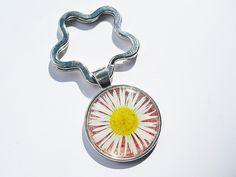 Schlüsselanhänger - Muttertag Schlüsselanhänger  echtes Gänseblümchen - ein Designerstück von flowerring bei DaWanda