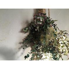 . 春のスワッグ スモーキーな緑の重なり  #flower #花 #ふたつの月 #flowers #松陰神社前 #bouquet #ブーケ #swag #スワッグ #春 #春花 #spring #暮らし #ユーカリ #eucalyptus by futatsuno_tsuki