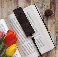 Riikka Kovasin - Paperiliitin: Look of leather bookmark - Craft Stamper Bookmark Craft, Leather Bookmark, Prima Marketing, Korn, Geisha, Crafts, Fimo, Crafting, Diy Crafts