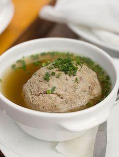 A hétvégi húslevest feldobhatod egy kis májgombóccal. Nemcsak finom, elkészíteni is könnyű.