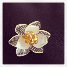 白い花のプラバンブローチ #shrinkplastic #flower #brooch #shrinkydinks #プラバン #プラ板