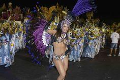 Carla Prata mostra o corpão no desfile da Gaviões da Fiel