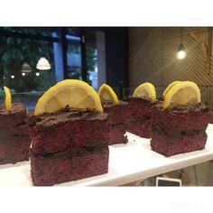 Você já comeu torta RAW de beterraba com gengibre + cobertura de cacau 100% e limão siciliano? NÃAAAO? Então você precisa vir aqui! ❤️ Qi 13 bloco F loja 07 lago sul. #rawfood #raw #rawtart #comidaviva #tortacrua #tortaviva #crudivero #deliciosa #espetaculo #delicious #healthy #incredible #beetroottart #rawbeetroot #limaosiciliano #comidadeverdade #semculpa #semacucar #semlactose #vegana #semgluten #vegan #glutenfree #sugarfree #lactosefree #cacau100 #cacaucomlimao #cleaneating