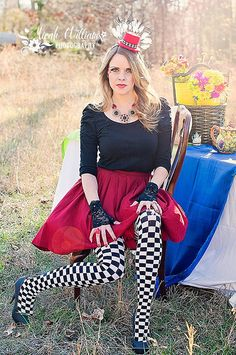And hat queen of hearts alice, wueen of hearts costume, queen of hearts hal Queen Of Hearts Makeup, Queen Of Hearts Alice, Queen Alice, Costume Halloween, Red Queen Costume, Queen Of Hearts Halloween, Fancy Dress, Dress Up, Costume Ideas