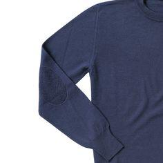 dettaglio manica con toppa in tono, maglia modello LEONARDO, colore navy, disponibile nelle taglie M-L-XL-XXL, lana merinos extra fine, 100% made in Italy