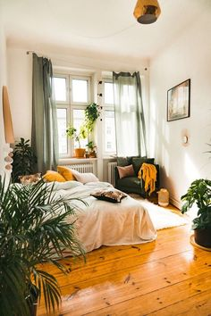 Small bedroom decor ideas for him, for her, for couple and for teens. Cozy and creative space saving solutions. Bedroom Apartment, Home Decor Bedroom, Modern Bedroom, Decor Room, Diy Home Decor, Contemporary Bedroom, Bedroom Ideas, Master Bedroom, Bedroom Neutral