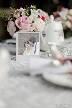 vintage Hochzeitsdeko mit Polaroids, vintage Porzellan und Blumen in Konservendosen (Foto: Hanna Witte)
