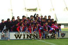 [ 2009Jユースサンスタートニックカップ 決勝 F東京 vs 広島 ] 2-0で決勝も制したFC東京U-18。  表彰式後の記念撮影では喜びを爆発させすぎて、ご覧の通りWINNERボードが壊れそうな状況になりました。   2009年12月27日(日):ヤンマースタジアム長居