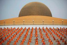 15 de maio Waisak Day (Aniversário de Buda) Indonésia   Monges budistas participam de uma cerimônia durante o dia de Vesak, uma celebração anual do nascimento, iluminação e morte de Buda, em Wat Dharmmakaya na província de Pathum Thani, nos arredores de Bangkok 17 de maio.