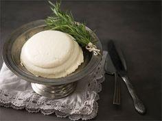 Juoksetteella tehty kotoinen juusto kuuluu perinteiseen juhlapöytäämme. Se sopii kylmien kala- ja liharuokien makuun sekä piimälimpun päälle. Tarjoa sitä vaihteeksi myös jälkiruokana hillon ja kermavaahdon kanssa.