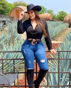 Classy Sexy Outfits, Cute Comfy Outfits, Curvy Girl Outfits, Hot Outfits, Farm Clothes, Sexy Cowgirl, Girl With Curves, Curvy Women Fashion, Sexy Jeans