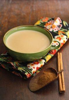 Sięgasz po kawę, kiedy czujesz zmęczenie i głód? A może słodką kawą z pianką zapijasz ochotę na słodycze? Pewnie codziennie wypijasz nawet 4 kawy! Na wiosnę postaraj się ją ograniczać. Zobacz, które zdrowe napoje i soki są alternatywą dla kawy. One dodadzą energii, pomogą się skoncentrować i przyspieszą metabolizm.
