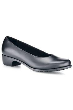 Este zapato de mujer de alta calidad de la marca Shoes for Crews está hecho de piel. La plantilla es acolchonada y antibacteriana, y su suela es antideslizante Mighty Grip para aportar mayor seguridad a la usuaria. Su mediasuela es flexible y muy ligera, y se trata de un zapato impermeable. Tiene tacón de goma de 3,5cm. ¡Muy elegante! #MasUniformes #RopaLaboral #UniformesDeTrabajo #VestuarioOnline #Zapatos #CalzadoLaboral