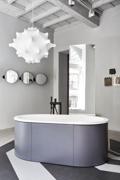 CIELO's showroom in Milan via Pontaccio 6 - Cibele bathtub and Pluto mirrors by Arcadia collection designed by APG STUDIO for CIELO #bathroom #collection #bath #mirror #design #cielo #arcadia #pluto #cibele #showroom #milan