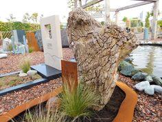 Grafsteen bestaande uit een combinatie van versteend hout en cortenstaal. De aardse tinten maken het een natuurlijk geheel. Het versteende hout heeft dezelfde eigenschappen als graniet en is tussen de 10 en 20 miljoen jaar oud. Herkomst: Indonesië