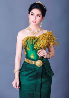 Cambodian Wedding Dress, Khmer Wedding, Traditional Wedding Dresses, Traditional Clothes, Culture Clothing, Thai Dress, Wedding Costumes, Motorcycle Design, Sexy Skirt