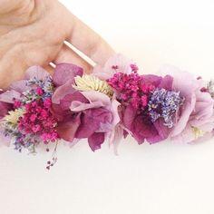 El ramo, la corona de la novia, la de las niñas, los prendidos de los chicos, las pulseras para las testigos,... hechos con las mismas flores preservadas.